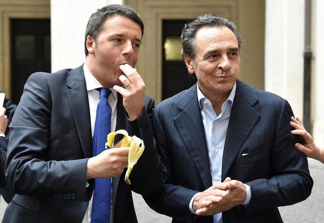 Matteo Renzi e Cesare Prandelli comem banana em apoio a Daniel Alves