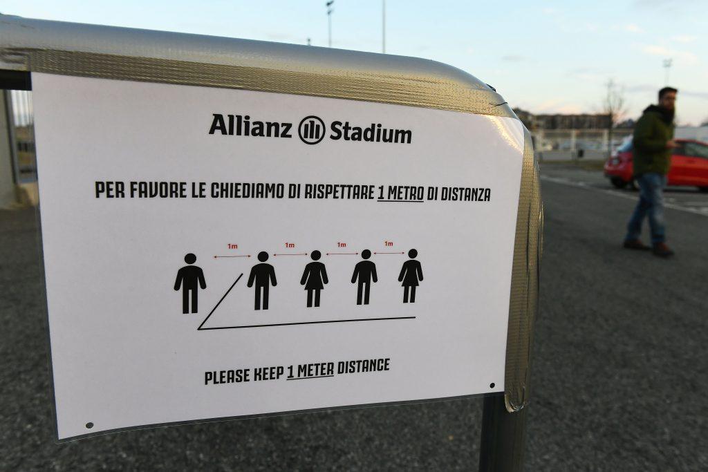 Aviso da Juventus durante jogo contra a Inter, disputado sem torcida por causa do surto de coronavírus na Itália