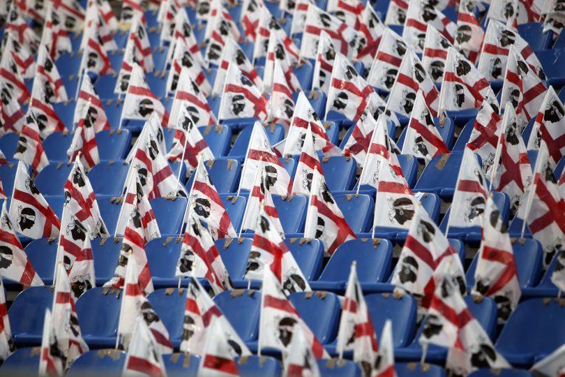 Bandeiras da Sardenha no estádio do Cagliari em dia de partida sem público (Enrico Locci/Getty Images)